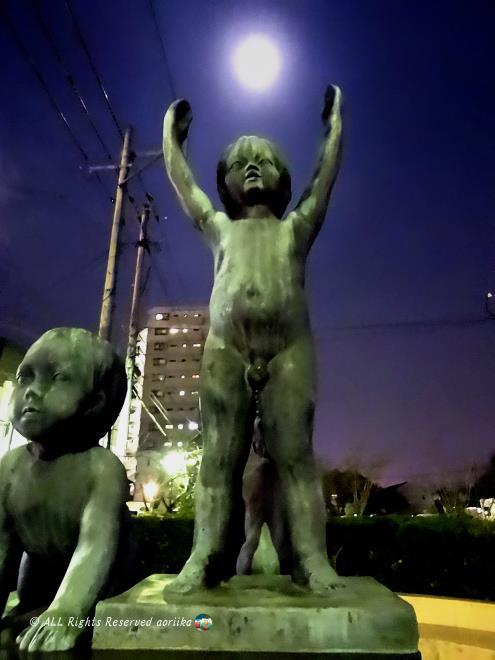 月と子供の像