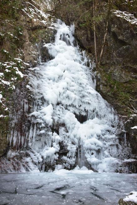 滝つぼも凍っています