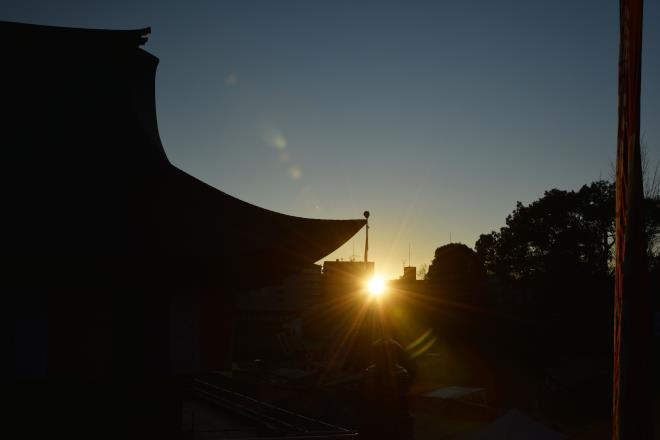 本堂に日の出が