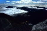 雲海の隙間から見えるテント村