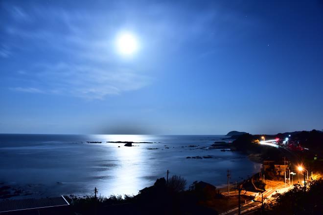 夜明け前のスーパームーンと海岸線