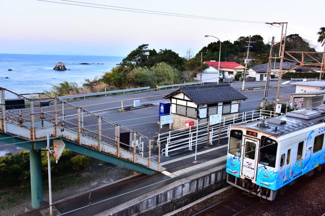 牛ノ浜駅と海