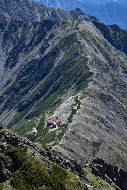 北岳山荘を望む