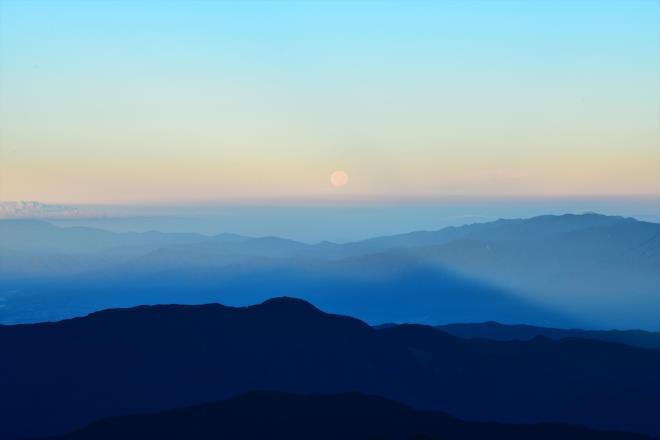 沈みゆく月