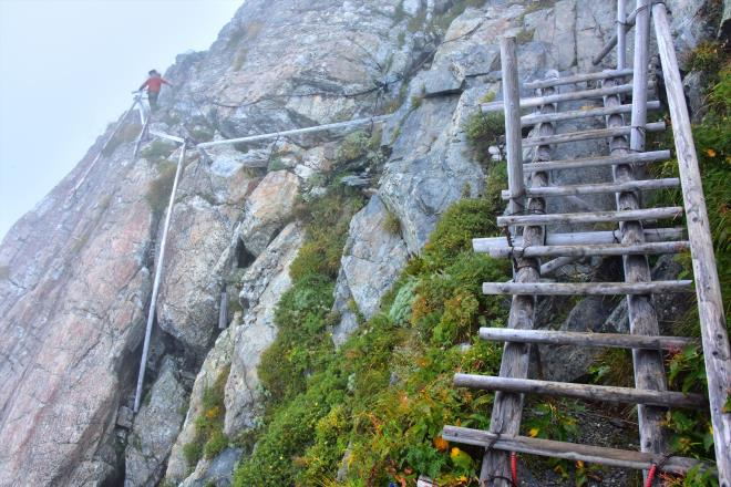 断崖にへばりつく様に作られた登山道