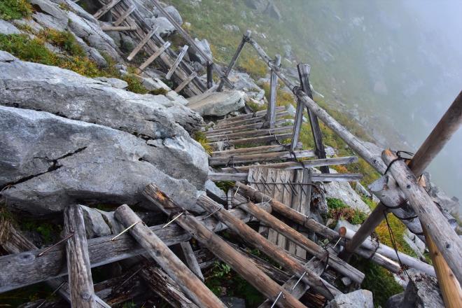 荒れた登山道
