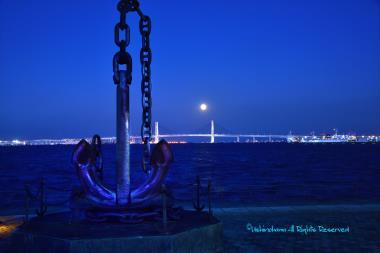 港に昇る「待宵月」